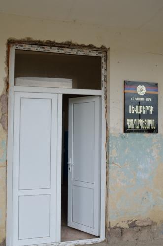 Krátce nakukujeme do budovy úřadu. Uvnitř jsou převážně prázdnější místnosti včetně kulturního sálu, budova má nicméně čerstvě vyměněná okna a dveře.