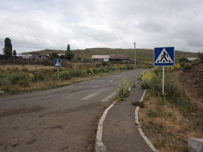 Zřejmě dobře vyčerpaná dotace na dopravní značky, umístěné na samém konci vesnice.