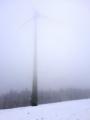 Větrná elektrárna rozhání mlhu.