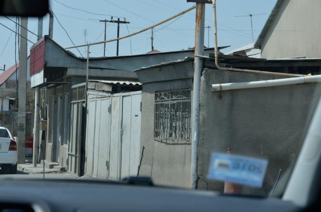 Rozsáhlé čtvrti města zde mají ghettovitý nádech, většina zajímavých záběrů mi ale utekla, než jsem je zaměřil.