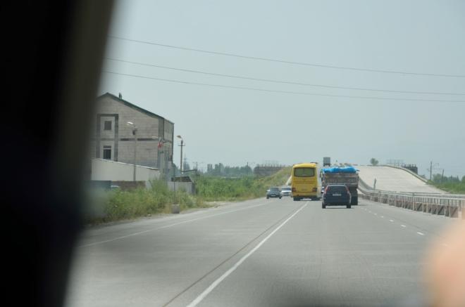 Chaos na (jinak slušné) dálnici není o mnoho menší než chaos ve městě, zde je navíc doprava svedena do jednoho směru. Míříme na jih k tureckým hranicím.