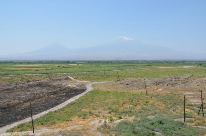 Nejzajímavější obzor široko daleko: Vpravo Ararat (5137 m), nejvyšší vrchol celé Arménské vysočiny, vlevo pak Malý Ararat (3896 m).