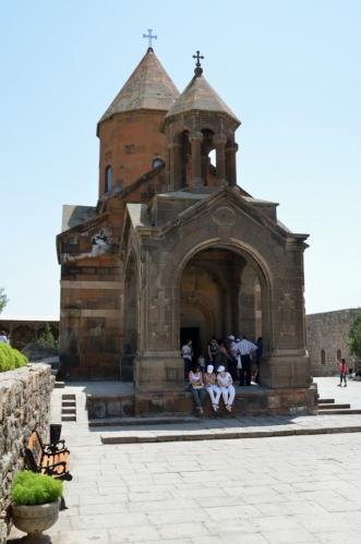 Vstoupili jsme na nádvoří kláštera. Jádrem areálu bývala kaple ze 7. století, ta nynější pochází ze století sedmnáctého.