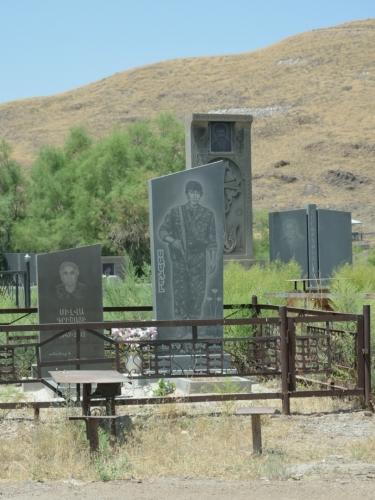 Na hřbitově při klášteru nás zaujaly náhrobky s vyobrazením střelných zbraní. Podle roku úmrtí to zde vypadá na mladou oběť války o Náhorní Karabach.
