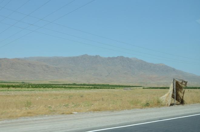 Před hranicemi jsme se stočili doleva, zelená Araratská rovina zde pro nás končí.