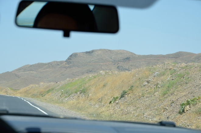 Pro tento umělý val u silnice nemám jiné vysvětlení, než že jde o nějakou ochranu před Ázerbájdžánem. Přes hranice se totiž občas i střílí, i když nevím, jak zrovna zde ...