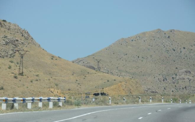 Brzy vjíždíme do hor. V serpentinách potkáváme tento náklaďák s trubkami, kterému v kopcích silně dochází dech, takže ho brzy předjedeme. Mimochodem teď oficiálně přejíždíme ostrůvek ázerbájdžánského území uvnitř Arménie, ale na to se zde asi nehraje.
