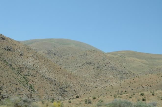 Nesmírně vyprahlá krajina. Tyto hory by mě nyní ke zdolávání nelákaly.