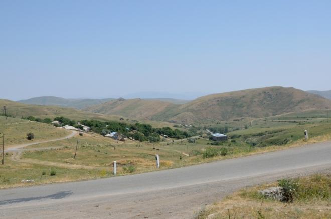 Nacházíme se v krásné serpentině, pod námi se rozkládá vesnice Landžar.