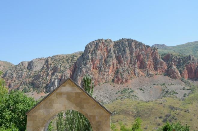 Bohužel i v tomto klášteře potkáváme velkou školní výpravu z Jerevanu, a dokonce opět tu samou. Schválně jsem je ze záběru vystřihl.