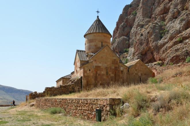 """Klášterní komplex Noravank (""""Nový klášter"""") pochází ze 13. století, skládá se ze dvou kostelů a jedné kaple. Zde vidíme kostel Surb Karapet z počátku 13. století, nesoucí dle mého odhadu jméno Jana Křtitele ..."""