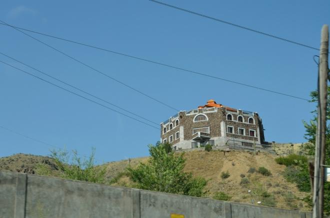 Stejně jako v jiných postsovětských zemích, i zde jsou docela často k vidění honosné budovy, které do svého okolí až tak moc nezapadají.