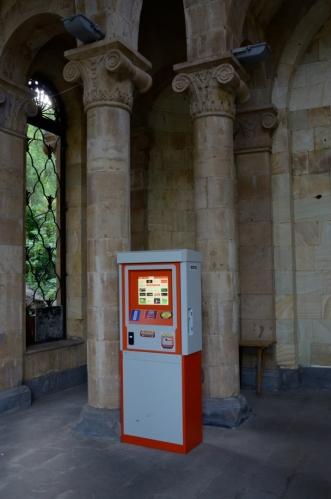 Atmosféru kolonády podtrhuje tento bankomat.