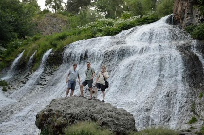 Za pár minut už tvoříme oduševněné skupinové fotografie. Voda dělá samozřejmě slušný rámus.