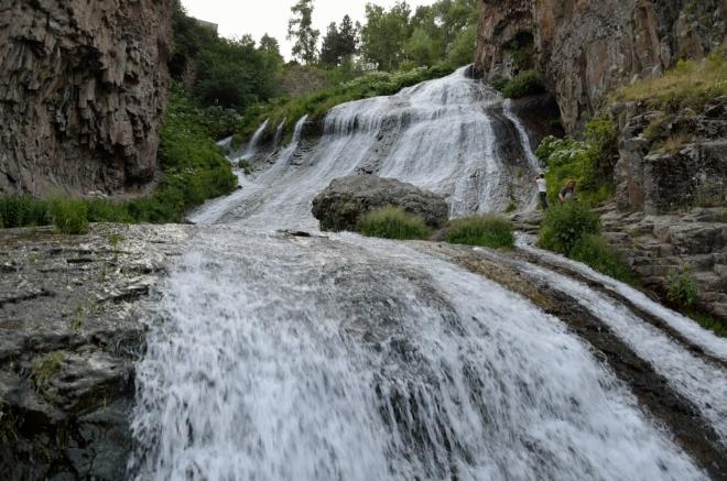 Vodopád na řece Arpa (či spíše na jejím přítoku) dosahuje celkové výšky 70 metrů. Z Jermuku jsem nadšen.