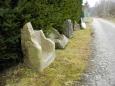 Zbytky kamenných koryt jako skulptury cesty poutníka.