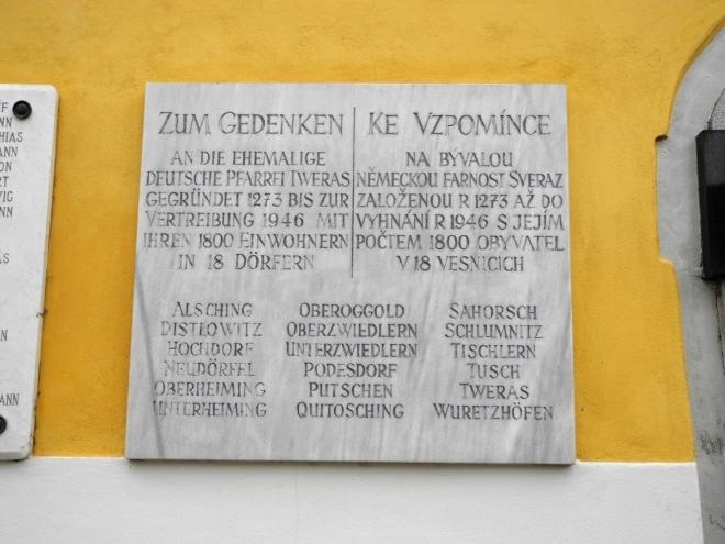 Ke vzpomínce na bývalou německou farnost Svéráz založenou r. 1273 až do vyhnání r. 1946 s jejím počtem 1 800 obyvatel v 18 vesnicích.