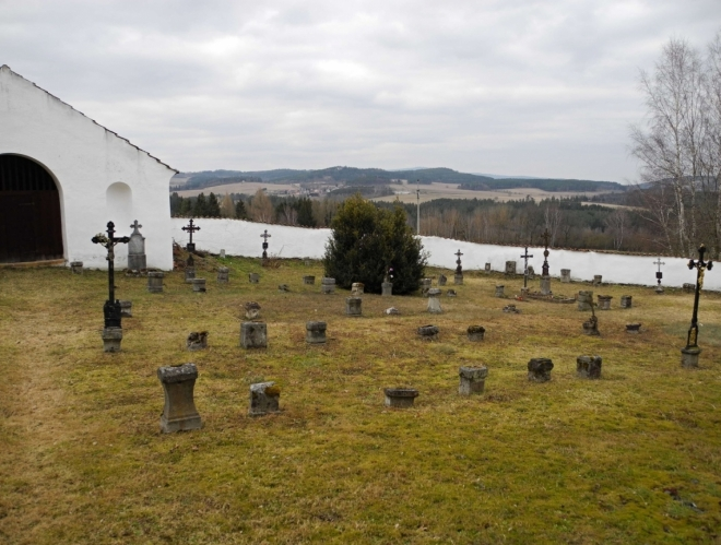 ... rodáci zmizeli a o náhrobky se dnes nemá kdo starat.