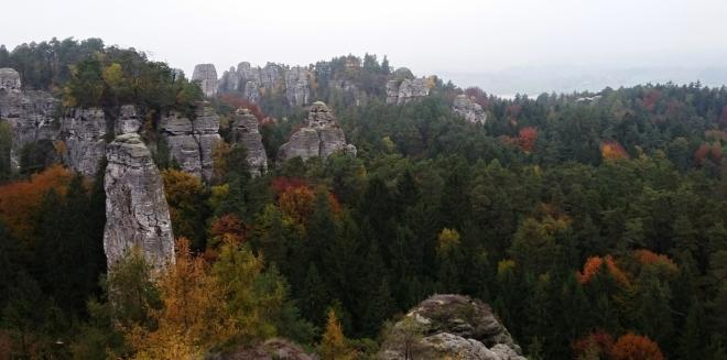 Seskupení skalních věží Kapela s osamoceným Kapelníkem jsou velmi známé skalní útvary.