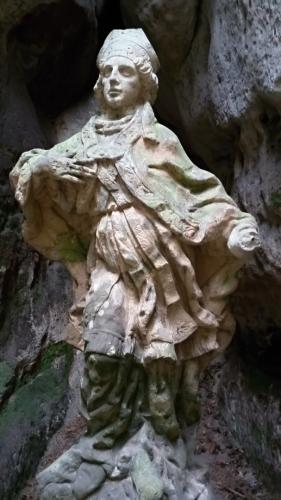 Socha sv. Prokopa ve skalní průrvě Dračích skal.