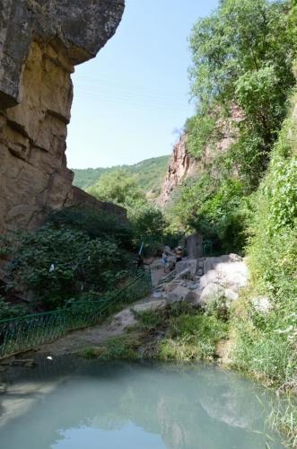 """Na dno údolí jsme jeli především kvůli místu zvanému """"Ďáblův most"""", ležícímu v soutěsce řeky Vorotan."""