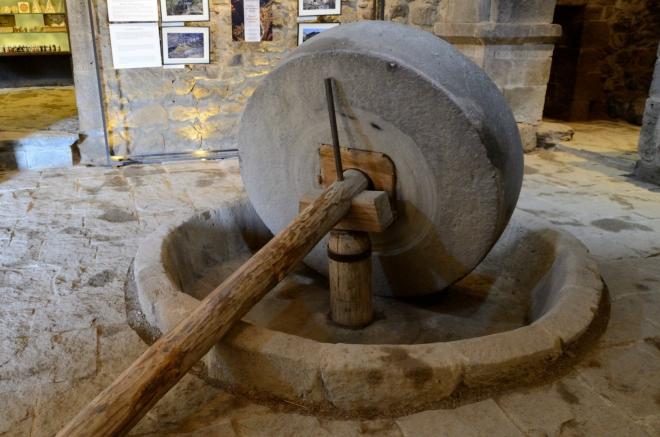 Začínáme expozicí věnovanou místnímu olejnému mlýnu, který byl při klášteru zbudován v 17. století. Dle informačních cedulí jde o mimořádně dobře zrestaurovanou památku.