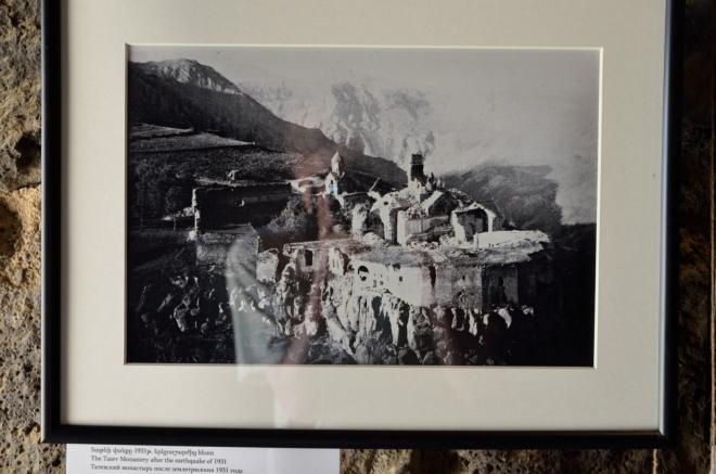 Tatevský klášter po zemětřesení v roce 1931. Nemohu se zbavit dojmu, že zemětřesením bylo někdy v historii zničeno skoro všechno staré, co jsme v Arménii viděli.