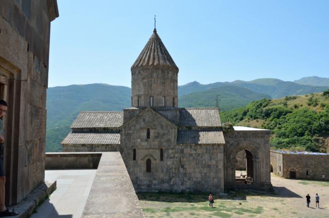 Prolezli jsme kostel Matky Boží z 11. století a nyní hledíme na kostel sv. Pavla a Petra, jenž bych zbudován na přelomu století devátého a desátého.