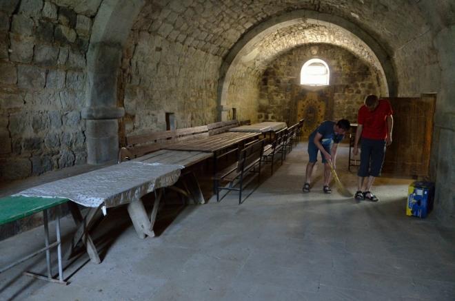 V klášteru postupně vymetáme každé zákoutí.