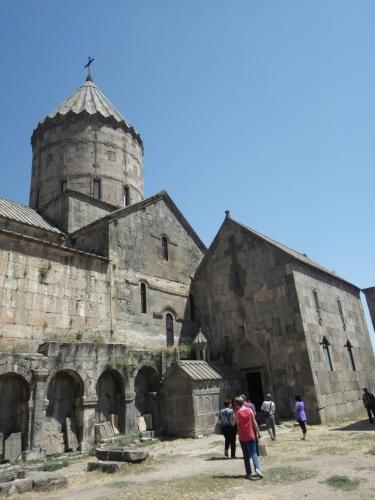 Na centrálním kostelu je nalepený menší kostel sv. Jiří Osvětitele z 9. století (kompletně zrekonstruován ve století třináctém).