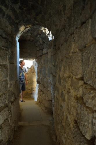 Chodby a prostory po obvodu kláštera nejsou vždy liduprázdné. Kamkoliv se teď s Karlem pohneme, nahrne se vzápětí horda lidí, a tak se je občas snažíme zavést do nějaké slepé uličky a pak nenápadně zmizet.