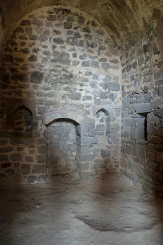 Z množství starobylých místností a chodeb jsem nadšen. Někde jsme též lezli po žebříku nahoru i někam do podzemí, pokud mě paměť neklame.