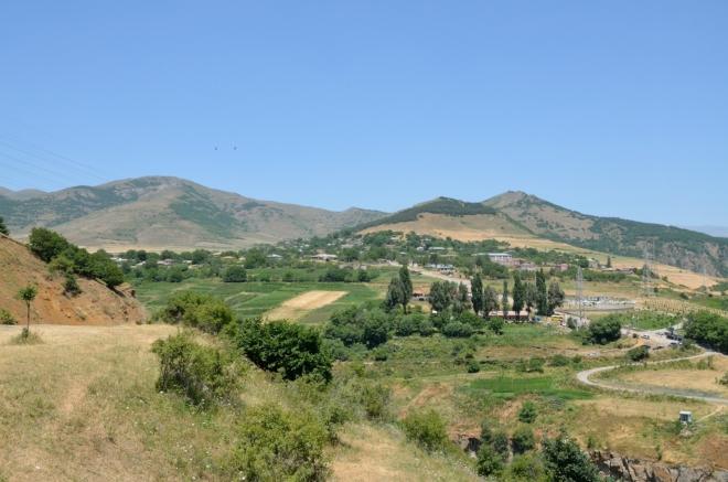 Výhled k vesnici Tatev, kde žije něco přes 800 lidí.