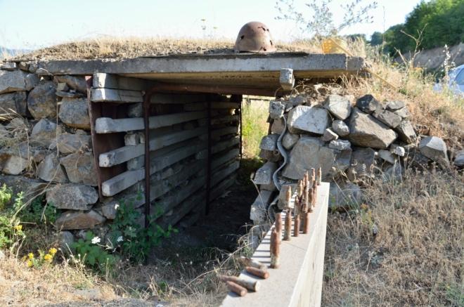 Kolem páté potkáváme toto stylové odpočívadlo a památník v jednom. Zatím nejhmatatelnější pozůstatek války o Náhorní Karabach, která probíhala v letech 1988 až 1994 a dodnes zcela neutichla. Dosud stála nejméně 30 tisíc životů a zhruba milion lidí kvůli ní musel opustit své domovy.