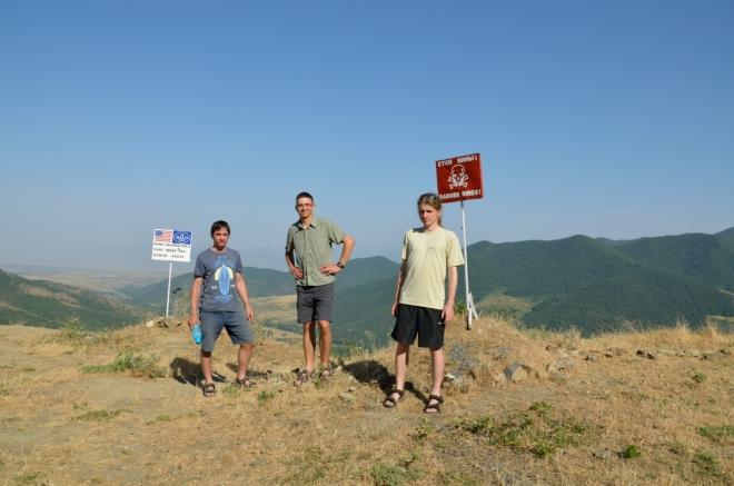 Za cedule se nikomu z nás nechce. Jsme asi kilometr od oficiální hranice s Ázerbájdžánem.