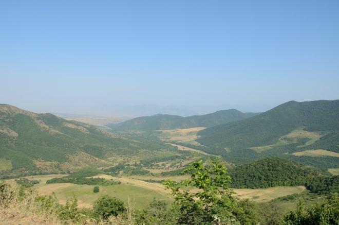 Pozůstatky války jsou v ostrém kontrastu s poklidností této krajiny. Zde hledíme přímo do mezinárodně neuznané Náhorně-karabašské republiky ovládané Armény, která zabírá asi 13 % území Ázerbájdžánu.