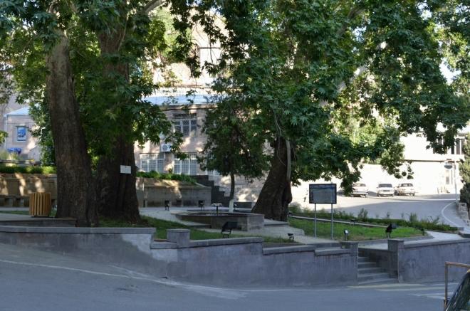 Náměstí v Meghri je docela hezky upravené. Jestliže jsme ovšem v Jerevanu byli za exoty, pak nevím, co konstatovat tady – lidi na nás zírají tak neuvěřitelným způsobem, až z toho nemáme dobrý pocit.