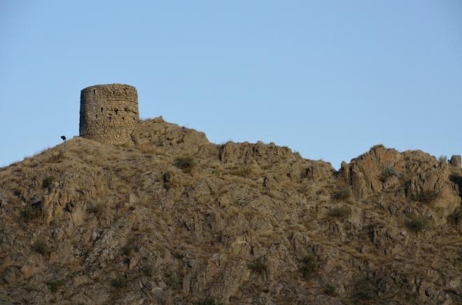 Pozůstatky staré pevnosti; pokud si dobře vzpomínám, tato nad městem nebyla jediná. Škoda, že se tam asi nepodíváme.