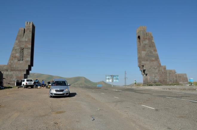 Dnešek bude dnem serpentin, stavět silnice v jižní Arménii asi není žádná legrace. Na fotce Vorotanské sedlo (2344 m), kam jsme dojeli před devátou. Je zde příjemně, ale zdržujeme se jen chvíli; v pozadí prodejci ovoce.