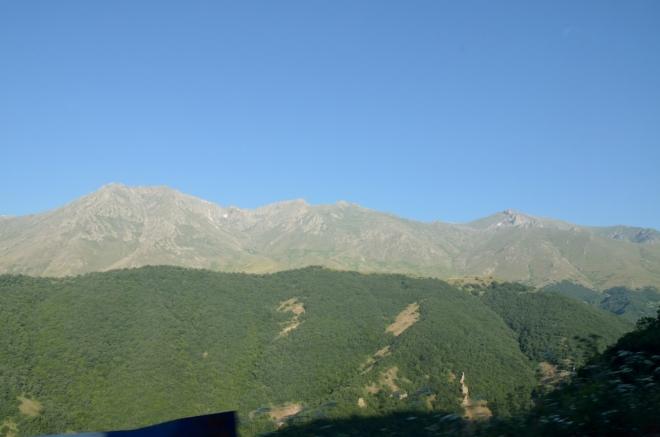 Dostat se až nahoru na hřeben je asi problém, odvrácené svahy totiž patří znepřátelenému Ázerbájdžánu. Přesto jsem v nějakou menší túru původně doufal, třeba ve stopách jedné české výpravy, která se tu toulala dokonce v zimě.