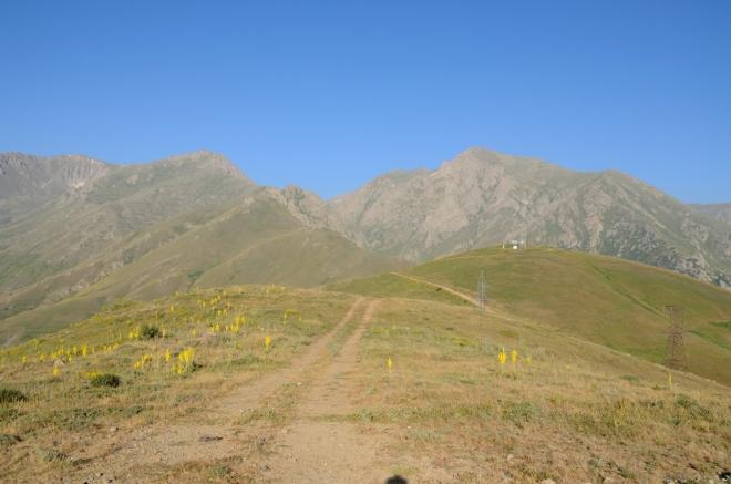 Vrcholy na fotce (nebo ty těsně za nimi) tvoří státní hranici, dosahují výšek okolo 3800 metrů a ukrývají průzračná modrá jezírka.