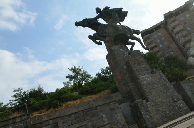 Památník v centru – Davit Bek, jeden z vůdců arménského osvobozeneckého povstání v 18. století.