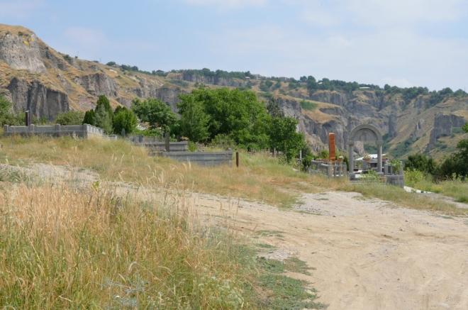 Cestu ke skalním útvarům si hledáme přes hřbitov, místní nás však vzápětí posílají jinudy.