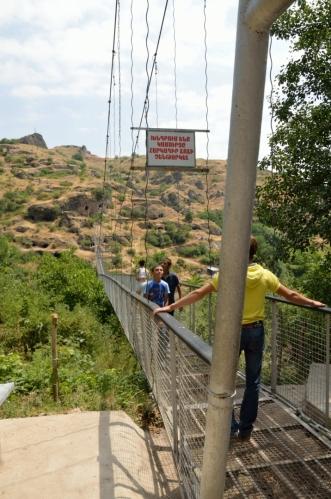 V půl dvanácté vstupujeme na most, jenž nás převede přes údolí. Kaňon je mnohem hlubší, než se zdálo; před pár lety, kdy most ještě nestál, bychom se tu asi pohybovali mnohem obtížněji.