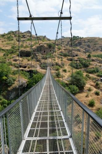 Most dosahuje délky 160 metrů a visí až 63 metrů nad zemí. Konstrukce se navíc neustále otřásá, takže slabší povahy by zde mohly mít závratě (já se k nim teď téměř počítám).