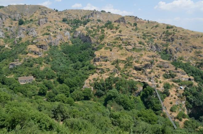 Záběr většiny starého Khndzoresku. Rozměry komplexu a počasí jsme podcenili.
