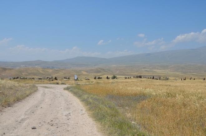 Zorats Karer nebo též Karahunj (Karahundž), arménský Stonehenge ležící poblíž města Sisian. Ideální místo pro milovníky vztyčených kamenů.