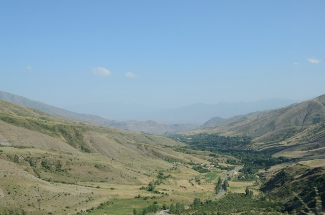 Kolem tři čtvrtě na pět stoupáme do asi posledního velkého sedla (Vardenyats, 2410 m). Silnice zde překonává pohoří Vardenis, jež tvoří hradbu jižně od Sevanu a dosahuje výšek až 3500 metrů, obdobně jako Geghamy na západě.