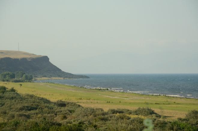 Kemp ve městě Sevan, ležícím dále na sever, je pro nás příliš daleko a třeba ani neexistuje. Ubytování proto jedeme hledat do vesnice Noratus při střední části jezera.