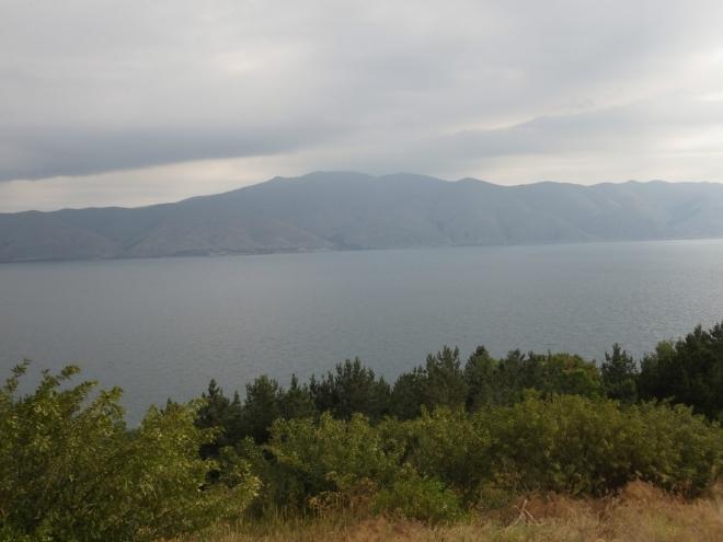 Hory na druhé straně jezera